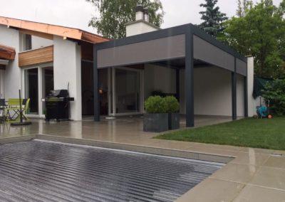 Pergola bioclimatique en jardin avec piscine à Genève | Georjon SA