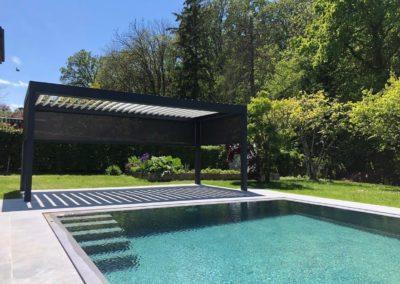 Pergola à lames orientables en bord de la piscine à Genève